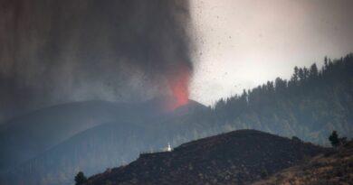 Temor a gases tóxicos tras avance de la lava del volcán en Canarias