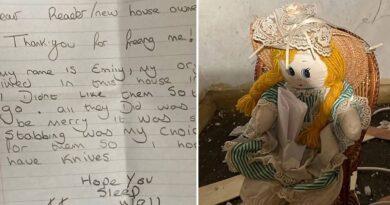 Hombre encuentra una muñeca en la pared con una espeluznante nota tras haber comprado una casa