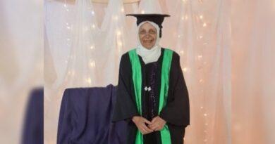Tras aprobar todos sus exámenes por modalidad telemática mujer de 85 años se graduó de la universidad