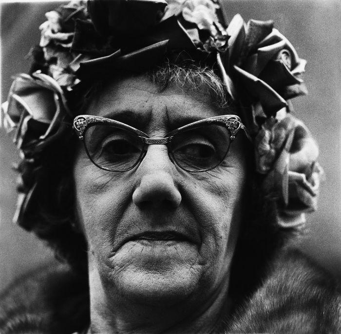 Mujer con sombreo de rosas diane Arbus 700.jpg