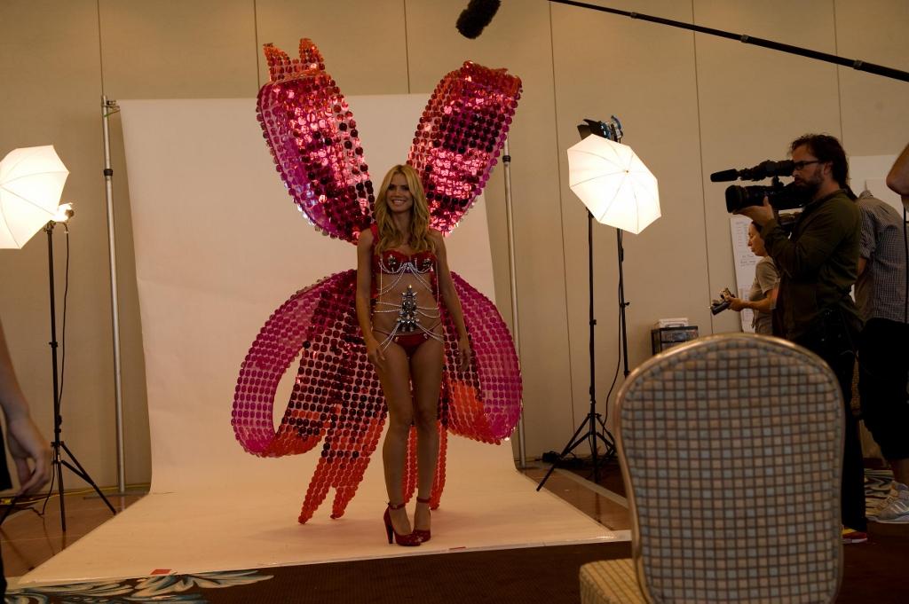 Heidi Klum 2008 Victoria Secrets Wings 3 (1024x681).jpg