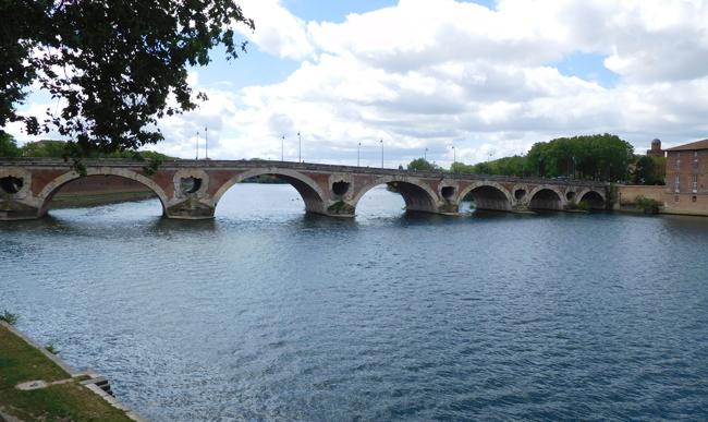 Pont Nuef bridge, built in the 16th century over the Garonne River.