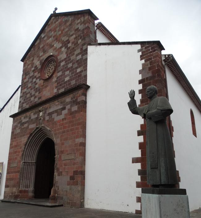 Pope JP II giving out high-fives outside Sé Catedral de Nossa Senhora da Assunção in Funchal