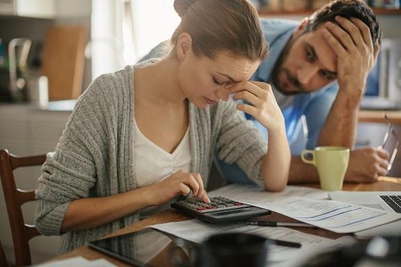 Image d'un couple qui considère la faillite