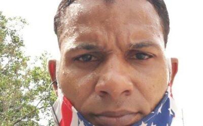 Maykel Osorbo se enfrenta al seguroso que lo tiene vigilado desde la esquina de su casa.