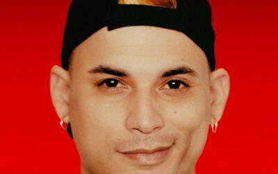 Ultrack rompe su pasaporte cubano en pleno live y dice que no va a poder despedir a su abuela.