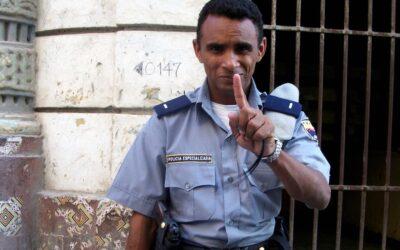 Graban a policía cubano robándole dinero a una muchacha.