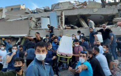 Terremoto en Grecia y Turquía causa al menos una decena de muertes, destrozos y un minitsunami.