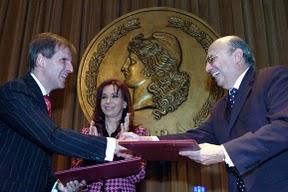 Cristina Fernández junto al titular del Banco Central de la República Argentina, Martín Redrado (izq.), y su par de Brasil, Henrique Campos Meireles