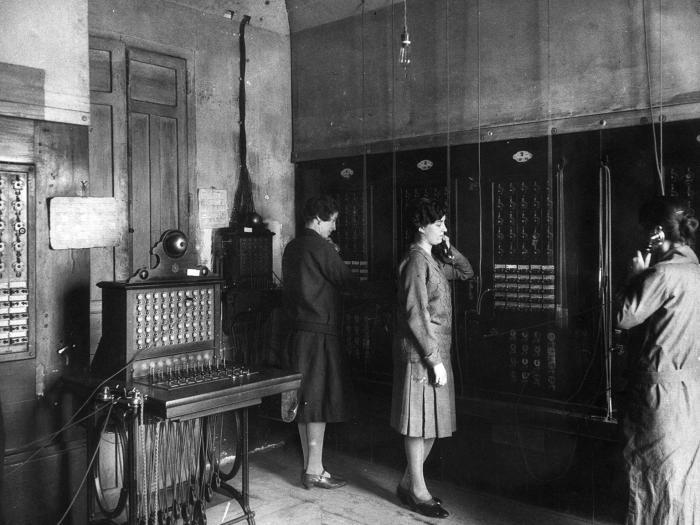 Las mujeres llegaron a ser mayoría entre los empleados de la Unión Telefónica a principios del siglo XX.
