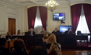 Marcela Quiroga, de espaldas en la primera fila, da su testimonio a los jueces en un tribunal de La Plata. NOELIA MARONE