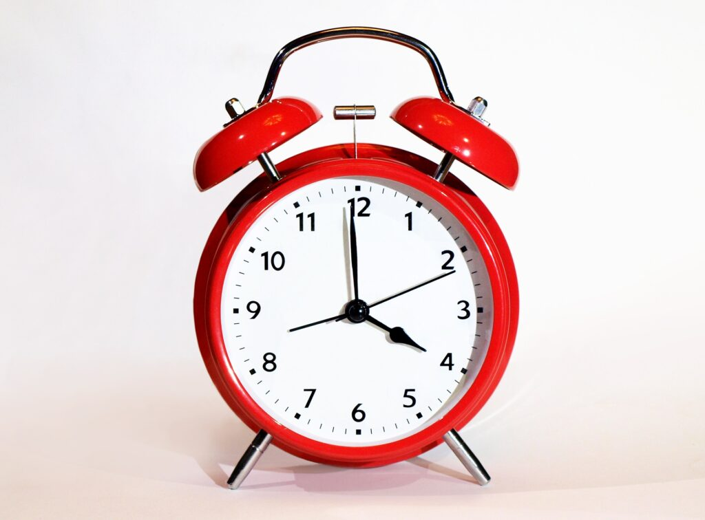 Alarm clock to illustrate the time needed to create evergreen content