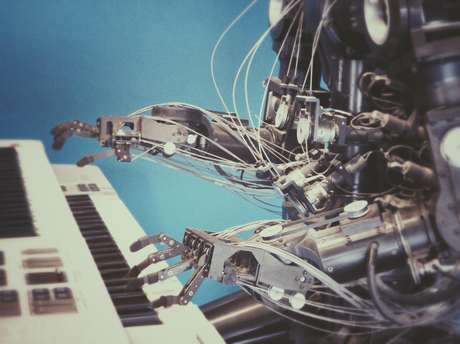 Robô tocando piano
