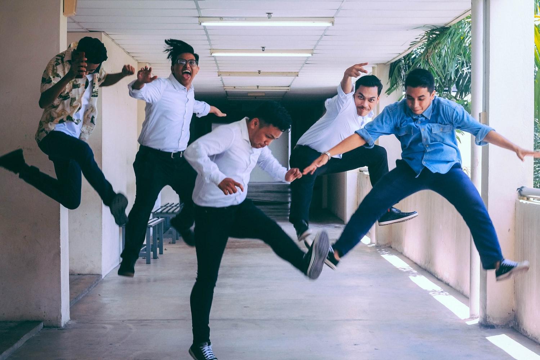 5 pessoas pulando