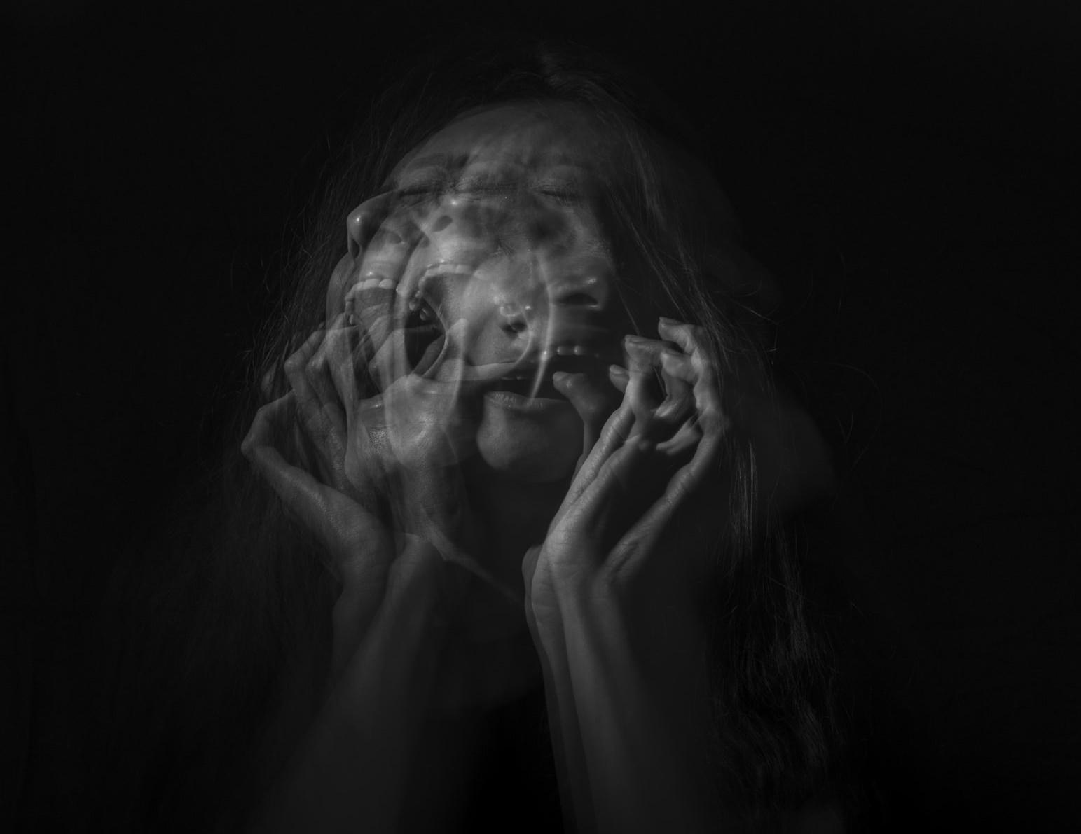 Mulher que mostra diversas emoções: tristeza, ansiedade, medo e angústia