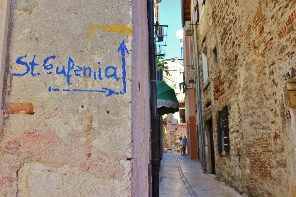 The sign on the wall directes us through the twisting old town lanes to St. Euphemia Church