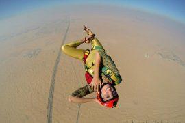 Roberta mancino fez um salto de apraquedas de salto alto