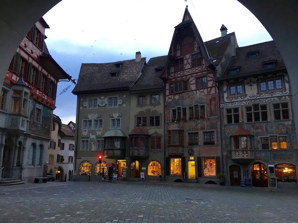 cidade medieval fachadas coloridas