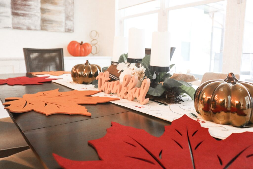Friendsgiving decor, simple thanksgving tablescape