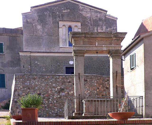 zicht op kerk San Pietro Apostolo vanuit het plein Piazza della Cisterna