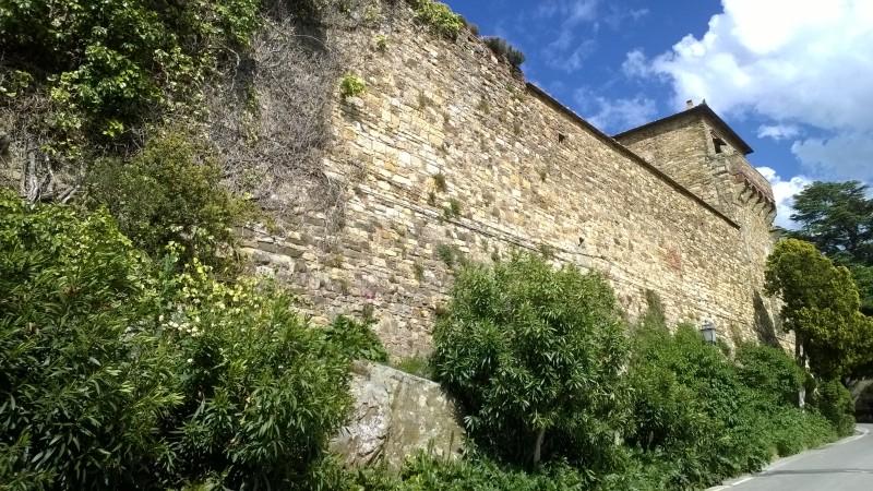 overblijfselen van de oude vestingmuren