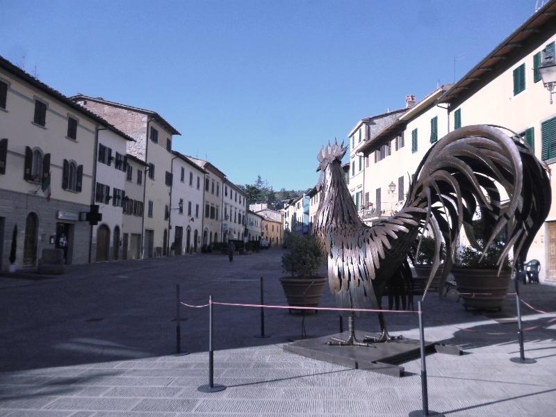 Het centrale plein Piazza Ricasoli met de Chianti haan