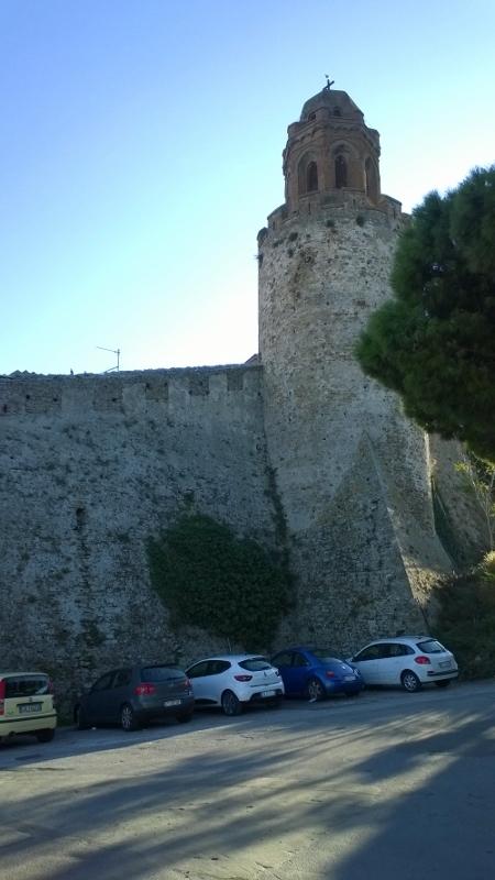 stadsmuren waarop de toren van de kerk Pieve di San Giovanni Battista gebouwd is