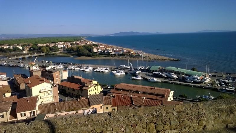 zicht op haven vanuit historisch centrum