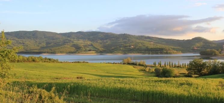 natuurlandschap van Mugello met het meer lago di bilancino