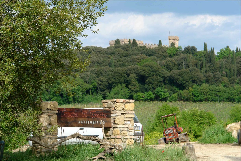 Zicht op het kasteel Strozzavolpe vanuit de inkom van de agriturismo