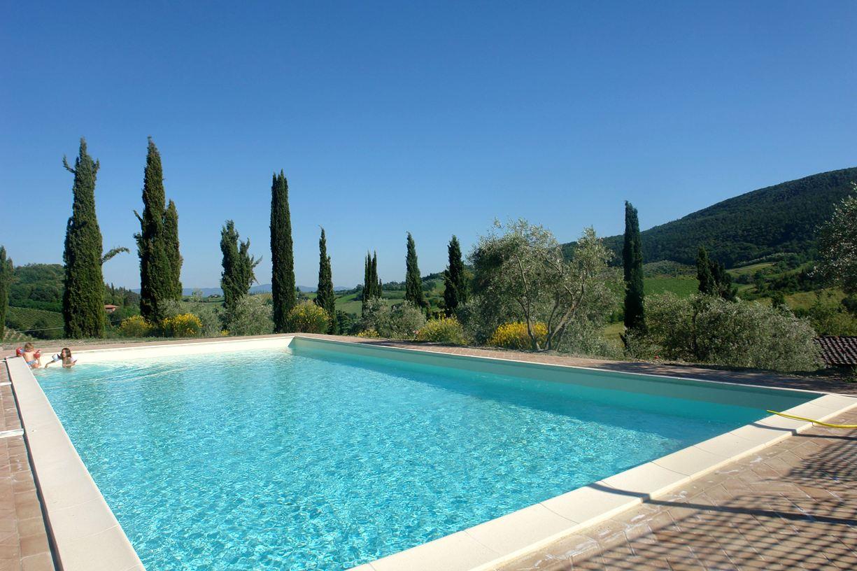 het zwembad met uitzicht op de heuvels rond San Gimignano