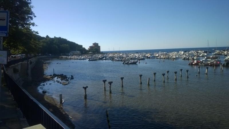 Het haventje met in de hoogte Populonia Castello