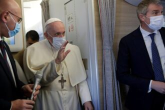 El Papa Francisco saluda en el avión (Andrew Medichini/Pool via REUTERS)