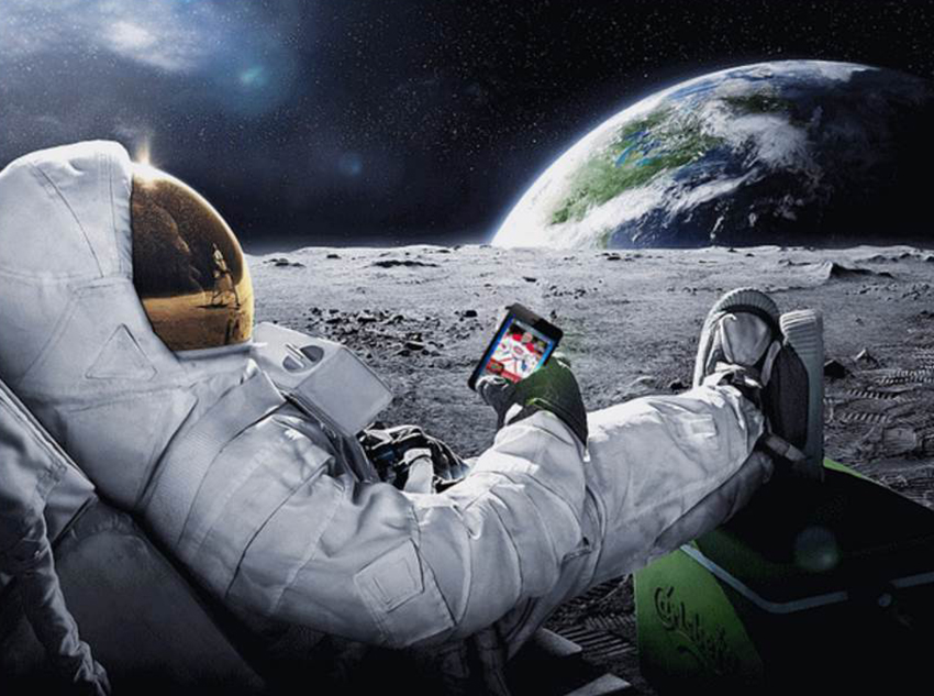 e-Pack-Astronaut-On-The-Moon