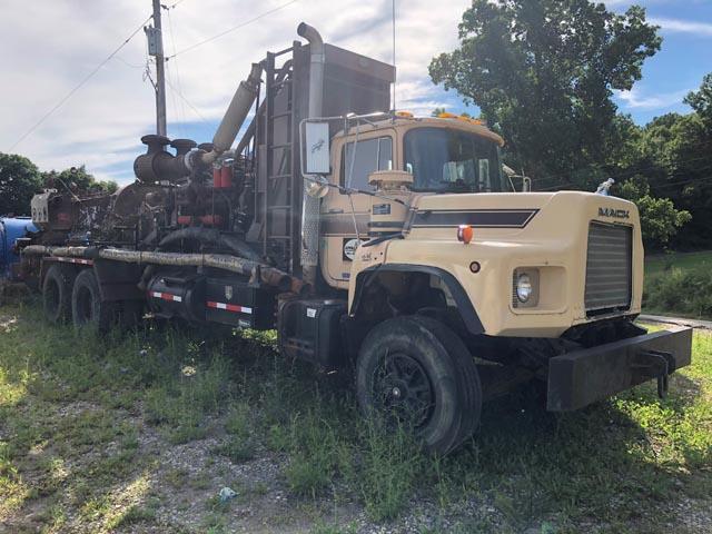 MACK DM690S Pump Truck w/G-D RR-1000 Triplex – YD3