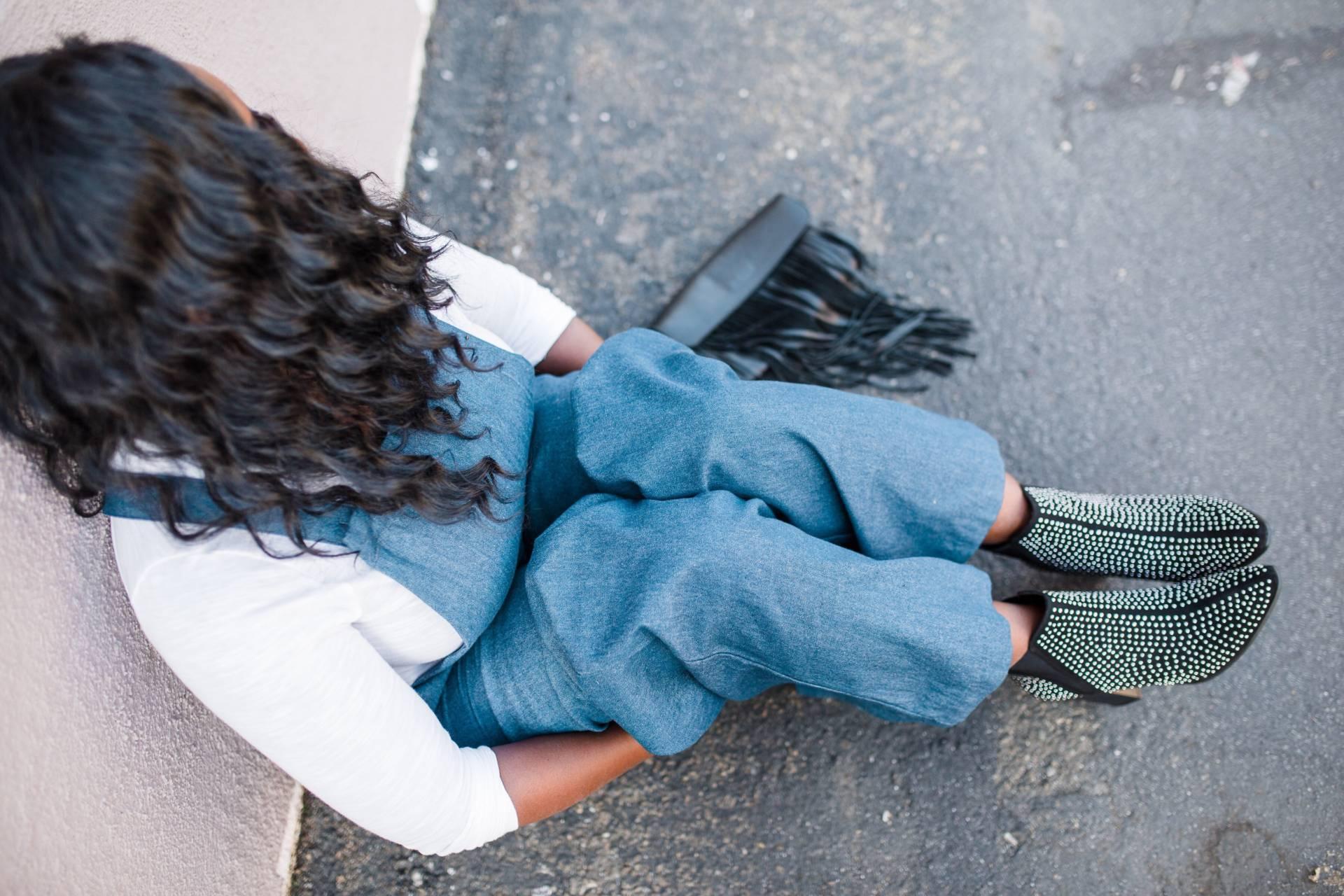 overalls-fashion- sitting