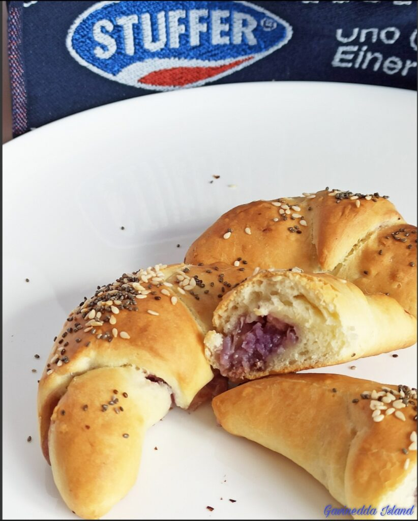 I croissant salati con cavolo viola e pancetta, antipasto sfizioso, è facile da preparare. Con ingredienti senza lattosio.