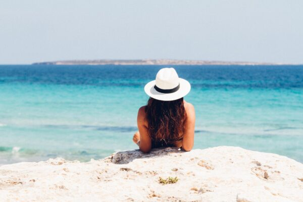 woman-lying-on-white-sand-beach-871060