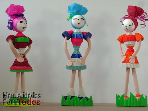 Muñeca de cartón corrugado Corrugated cardboard doll