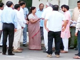 जयपुर में बुधवार को मुख्यमंत्री से मिलते राजस्थान समायोजित शिक्षाकर्मी वेलफेयर सोसायटी के पदाधिकारी।