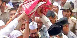 अजमेर में सोमवार को पीएम मोदी की ओर से दरगाह में चादर पेश करने जाते केन्द्रीय मंत्री मुख्तार अब्बास नकवी।