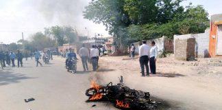 कचहरी परिसर में तनाव की स्थिति, सड़क पर जलाई गई मोटरसाइकिल।