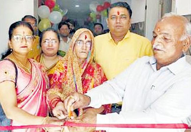 बीकानेर में तुलर्सी सर्किल के पास एक्स-रे गली में स्थित संभव हॉस्पिटल का शुभारंभ करते डॉ. जितेंद्र नांगल की माता रामा देवी और पिता सुरेंद्र कुमार।