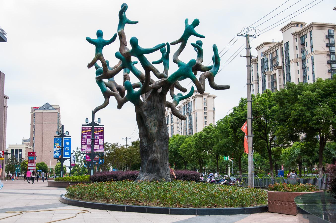 Harmony, by Beatriz Gerenstein. Bronze sculpture in Shanghai