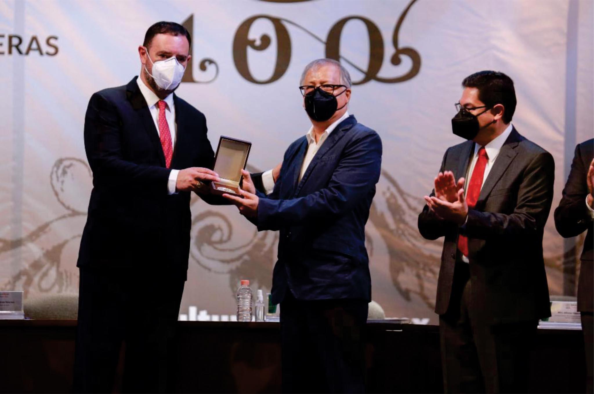 "Entrega Alejandro Tello premio iberoamericano ""Ramón López Velarde"" a Ernesto Lumbreras"