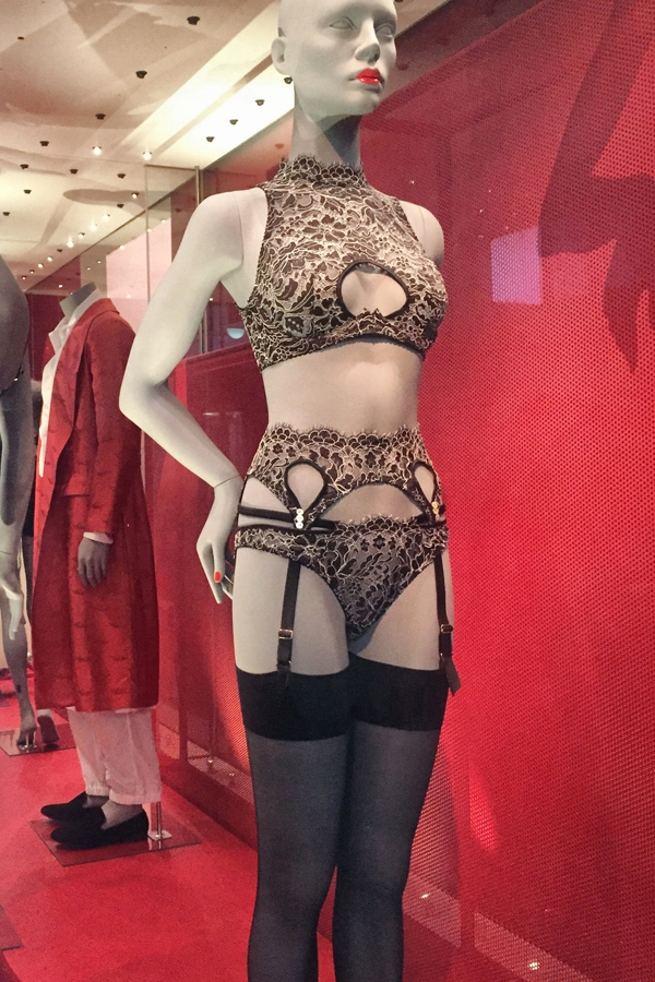 NakedPRGirl_Underwear_Exhibition_V_and_A