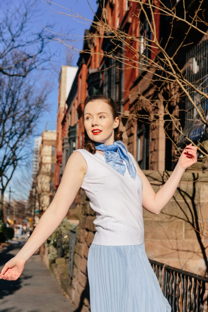 I ADORE a drop waist dress. They were all the rage in the 1920s and I so wish they were all the rage now! With my faux drop waist hack and Kathy Seldon (Singing in the Rain) inspiration you'll do the Charleston all winter long. #1920s #scarf #dropwaistdress