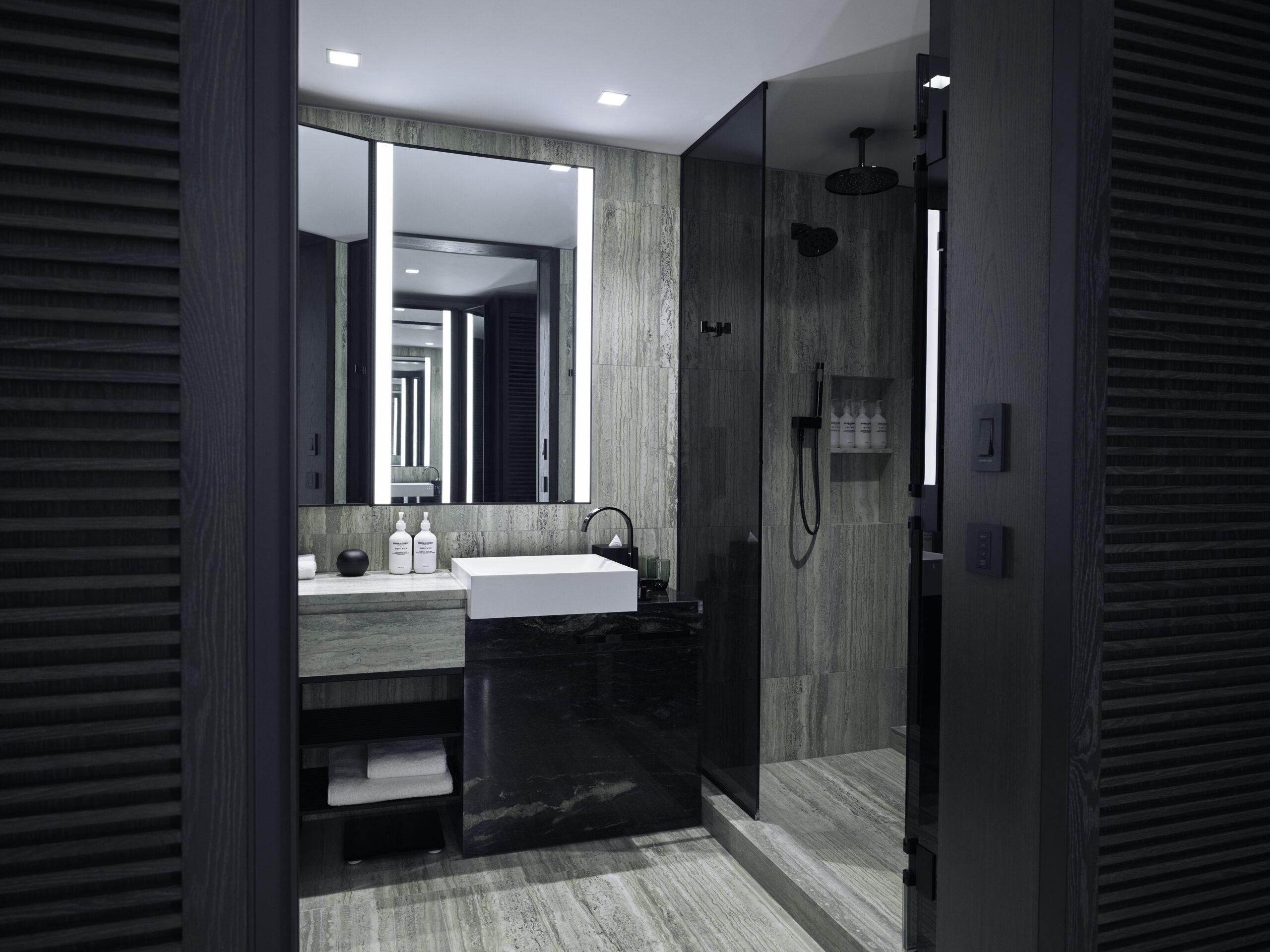 DeluxeKingCity-Bathroom-scaled