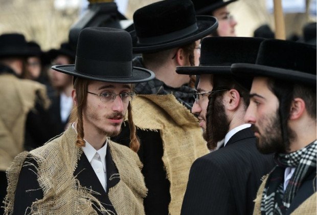 Hasidic Jews leave mountains of trash at Ukraine border