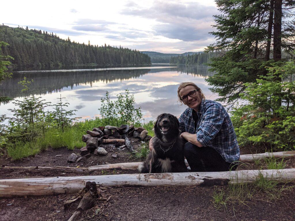 Carl avec son chien, sans sac à dos